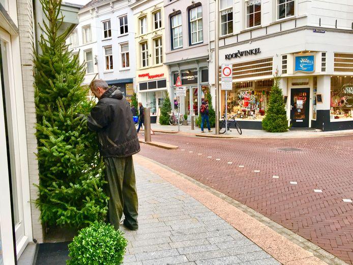 In de Vughterstraat worden kerstbomen neergezet.