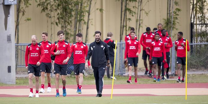 De PSV-spelers komen samen met Ruud van Nistelrooij aan voor een training van PSV tijdens een trainingskamp van de Eindhovense club in Orlando, Florida.