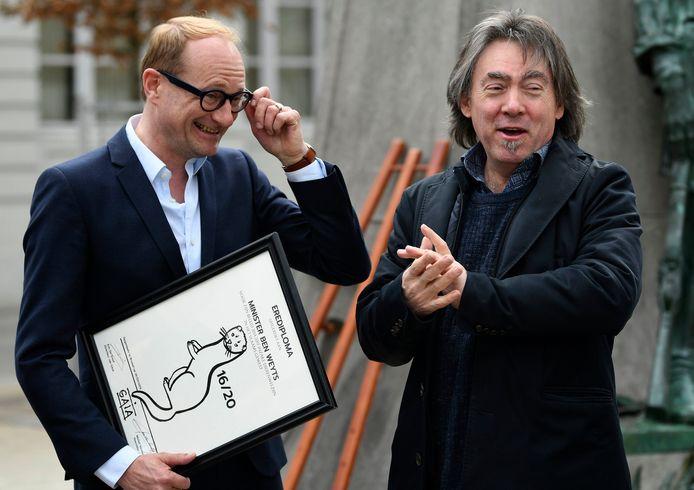 Gaia-voorman Michel Vandenbosch overhandigde een 'erediploma' aan Vlaams minister Ben Weyts.