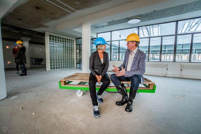 Vorige maand maakten wethouder Wim Willems (gele helm) en zijn projectleider Hilly de Jager (blauwe helm) een rondgang door het Stadhuis. Conclusie toen: alles ligt op schema.