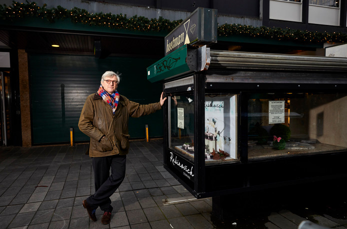 Juwelier Hans Heetman voor zijn gesloten zaak. De vitrine is de laatste die nog op de Lijnbaan staat. Hij wordt hersteld omdat een veegwagen het bouwwerkje onlangs beschadigde.