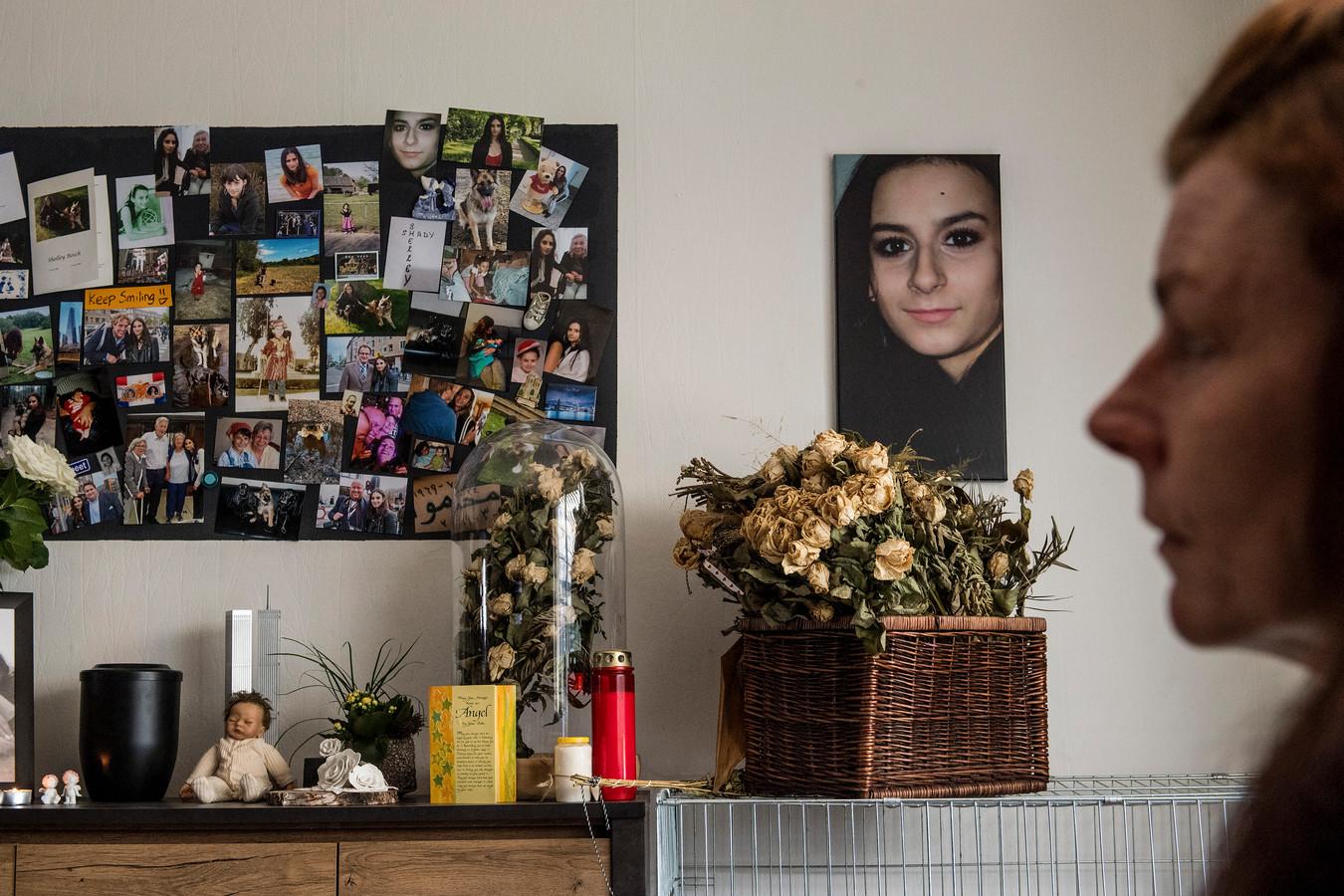 Mariët Bosch bij de gedenkplek in haar huis voor haar omgebrachte dochter Shelley.
