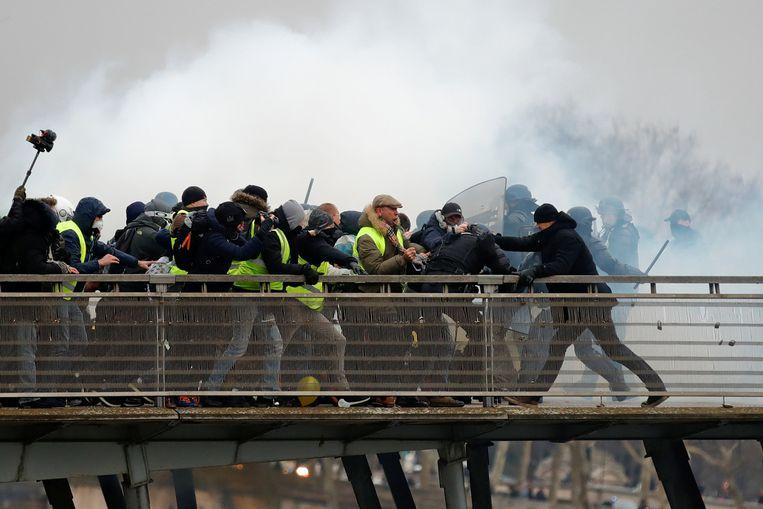 Voormalig bokskampioen Christophe Dettinger (R) tijdens clashes met de Franse politie tijdens het protest van de gele hesjes in Parijs zaterdag.