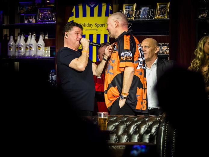 Raymond van Barneveld met Wolter Kroes tijdens zijn afscheidsfeest.