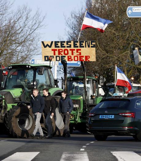 LEES TERUG   Aantal boeren toch over snelweg terug naar huis, politie grijpt in