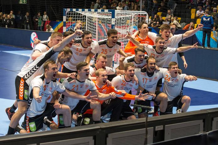 Vreugde bij de Nederlandse handballers na de zege op Letland.