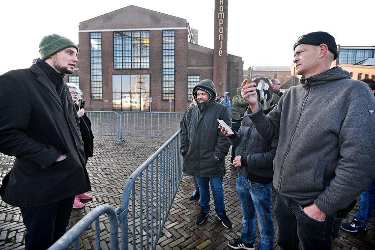Mick Kemeling verweert zich verbaal tegen de menigte, waaronder Zwarte Piet-voorstander John Ekkebus. Beeld Guus Dubbelman / de Volkskrant
