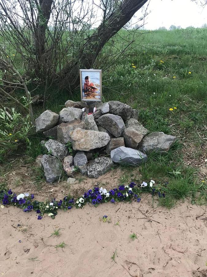De gedenkpaal van Levi Thoonen op het strandje van de Maas bij Well