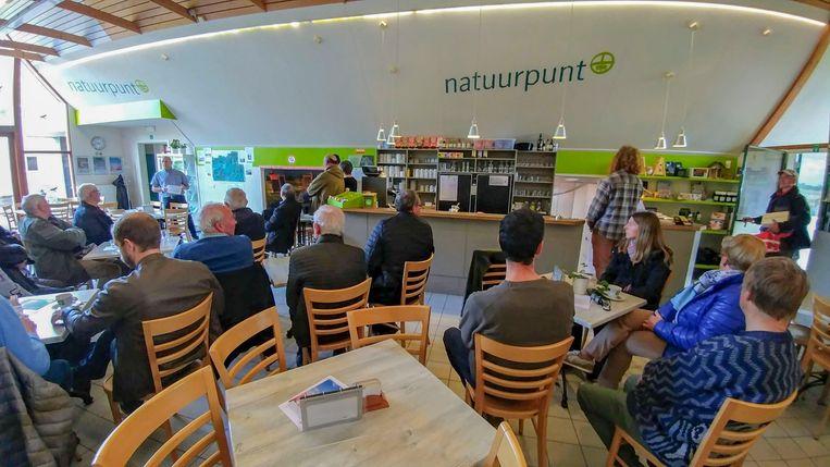 Bezoekers bij Natuurpunt aan het Hageven tijdens het infomoment. Foto Tony van Galen