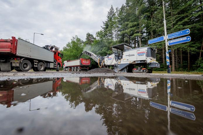 De eerste dag van de herinrichting van de Weerseloseweg en Vliegveldstraat. Vanaf nieuwe rotonde bij Technology Base tot aan bebouwde kom van Enschede. Meteen het zware werk: frezen van het asfalt.