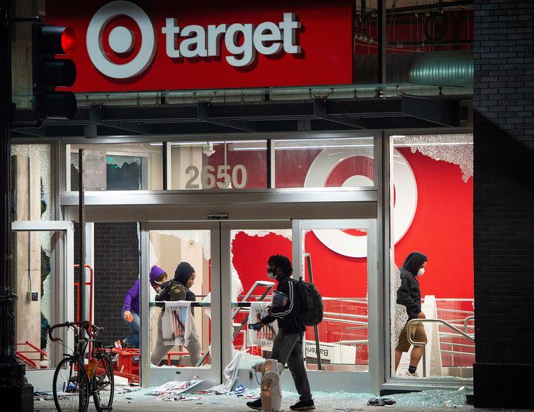 'Het plunderen gebeurt op zijn janboerenfluitjes, een beetje alsof ze aan het winkelen zijn. Dat komt doorat het gezag helemaal afwezig is.' Beeld AFP
