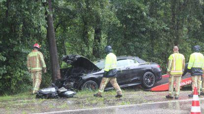 Zelfde uur, zelfde straat: twee auto's van de rijbaan tijdens stortbui