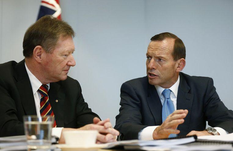 Tony Abbott (rechts) overlegt zondag met kabinetschef Ian Watt over de aanstaande machtsoverdracht. Beeld ap