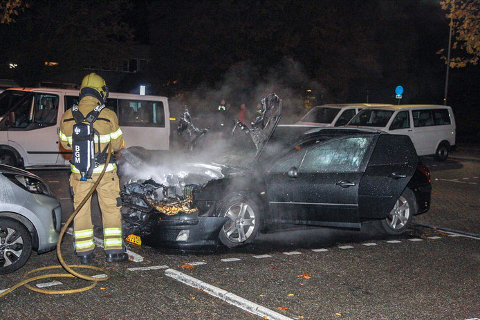 Door de brand op de parkeerplaats tegenover ziekenhuis Rijnstate Velp moet de auto als verloren worden beschouwd.