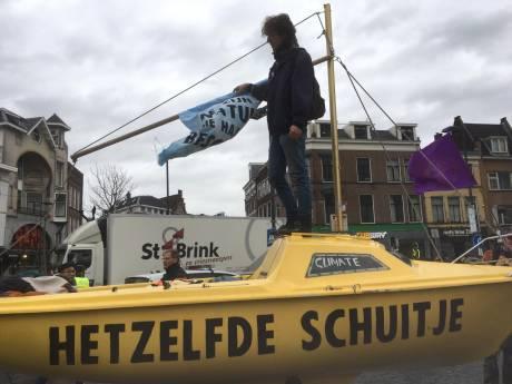 Klimaatactivisten nemen Utrechtse binnenstad over: 'Na mooie woorden, is het tijd voor daden'