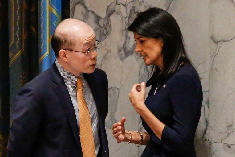 Haley samen met de Chinese ambassadeur bij de VN, Liu Jieyi.