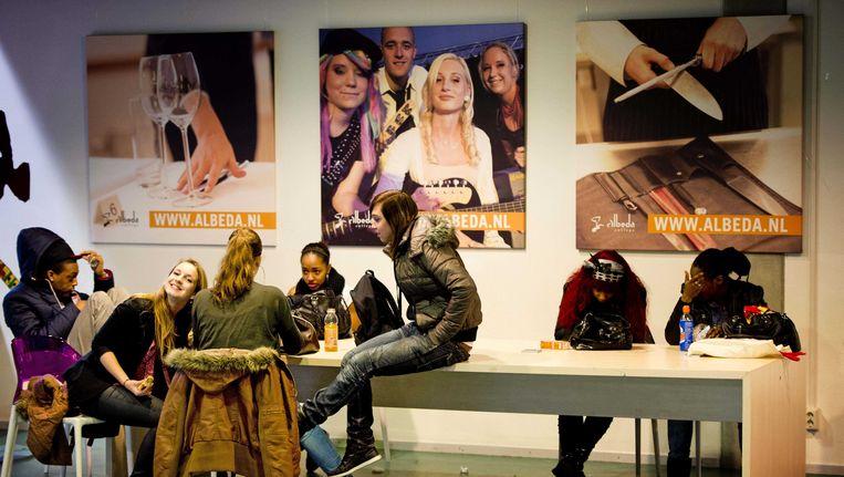 Leerlingen in het Alberda College. De roc-reuzen Albeda College en Zadkine in Rotterdam overwegen op te gaan in kleinere, gespecialiseerde en zelfstandige 'mbo-colleges' zoals bijvoorbeeld voor techniek, zorg en ICT. Beeld ANP