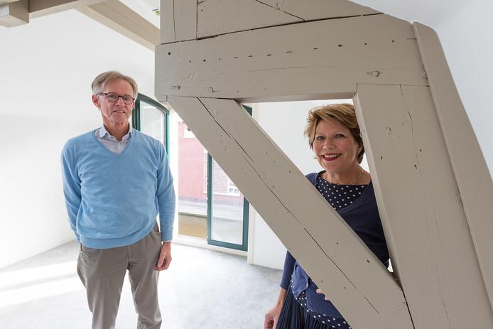 Rik Brandenburg en Adelheid Ponsioen tussen de rijksbruine balken in de voormalige limonadefabriek in Alphen.
