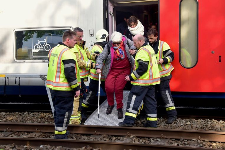 Een reiziger stapt verlaat de trein ter hoogte van Rumbeke.