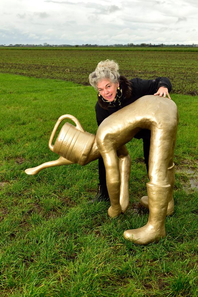 """Kunstenares Elly de Jong, met haar werk Miraculous Gardener. ,,Het waterprobleem geldt voor vriend én vijand."""""""