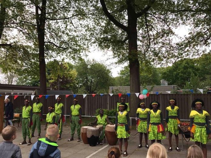 Basisschool De Wingerd uit Nijverdal draagt bij aan het realiseren van onderwijsvoorzieningen voor jonge kinderen in Oeganda.