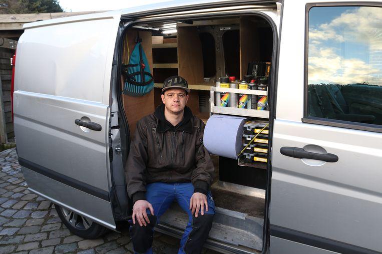 Thomas Van Dingenen bij zijn bestelwagen. De daders forceerden de schuifdeur van de wagen.