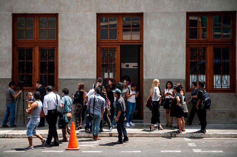 Advocaten en journalisten bij een rechtbank in Lima waar gepensioneerde soldaten berecht worden voor het verkrachten van boerinnen in de jaren tachtig en negentig.