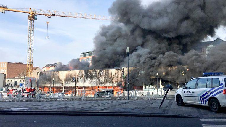 De vlammen laaien hoog op in de meubelwinkel aan het Saincteletteplein.