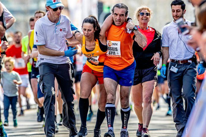 Met moeite over de finish. Er klinkt een pleidooi voor een halve Rotterdamse marathon. ,,Da's ook een mooie prestatie.''