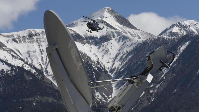 Een reddingshelicopter in de Franse Alpen bij een zender van een mediastation. Beeld reuters