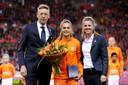 Kirsten van de Ven (rechts) naast Lieke Martens en Jan-Dirk van der Zee van de KNVB.