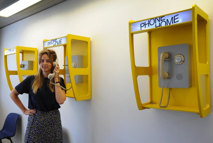 """Manon van Hoeckel bij haar telefoons in de Vlissingse belwinkel: ,,De telefoon is dé manier om met het thuisfront in contact te blijven."""""""