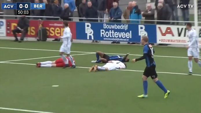 Berkum-spelers vallen over elkaar bij een gevecht om de bal