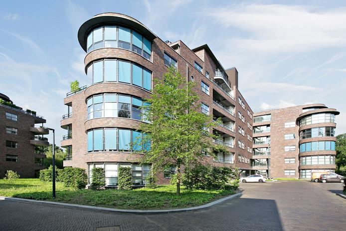 Geen groene vingers voor een tuin? Dan biedt dit riante appartement wellicht uitkomst. Het complex uit 2014 in Dudok-stijl is van alle gemakken voorzien. Voor 985.000 euro krijg je onder meer 2 badkamers, een fitness-ruimte en een luxe inloopkast.