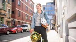"""#SAMENTEGENCORONA Inez doet boodschappen voor haar buur: """"Als ik ouderen in de winkel zie wil ik meteen mijn nummer geven"""""""