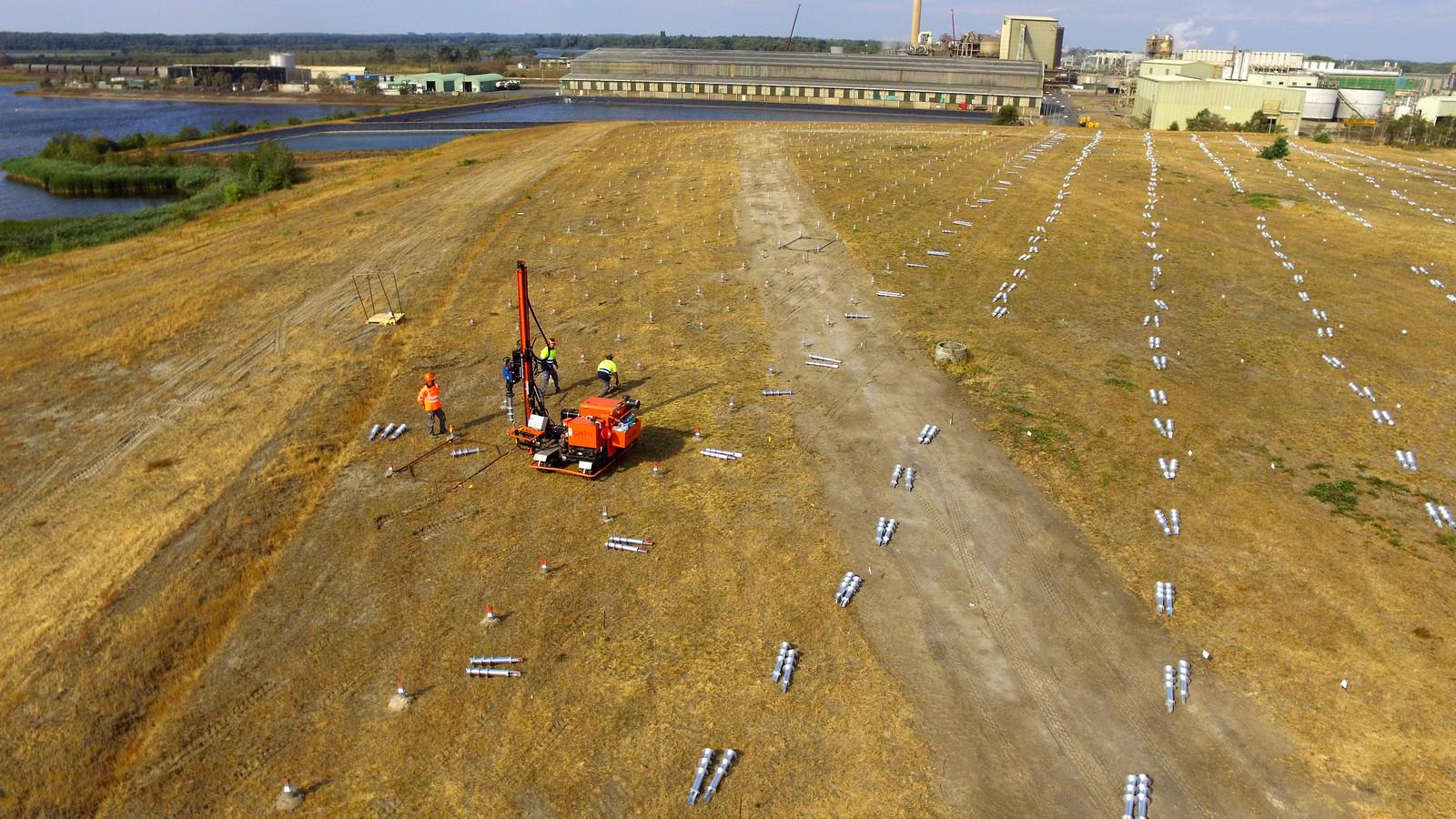 Grote schroeven gaan in de grond voor het zonnepark dat Solarcentury bouwt naast de zinkfabriek van Nyrstar in Budel.