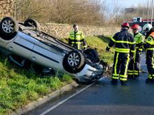 Auto slaat twee keer over de kop in Breda, bestuurster niet gewond