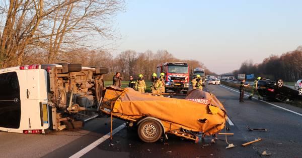 Ravage op A30 bij Lunteren door ongeval: gewonde en weg afgesloten.