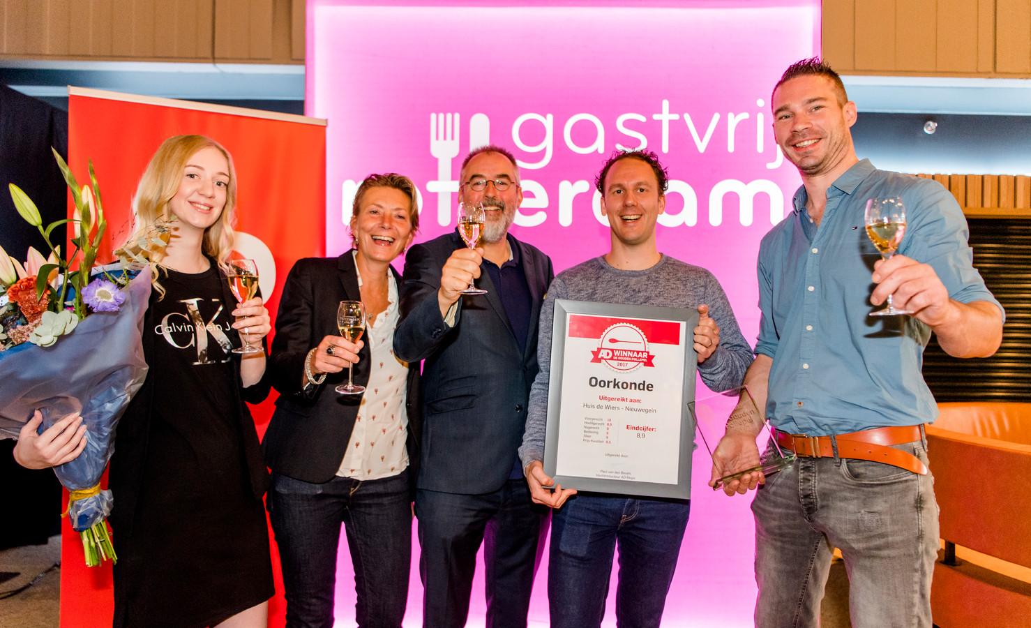 Een deel van het team van het winnende restaurant Huis de Wiers. (Vlnr) Gastvrouw Milou Reitsma, gastvrouw Guusje Eijer, Ronald Giphart, sous-chef Rick van den Brink en chef-kok/eigenaar Arco Prijn