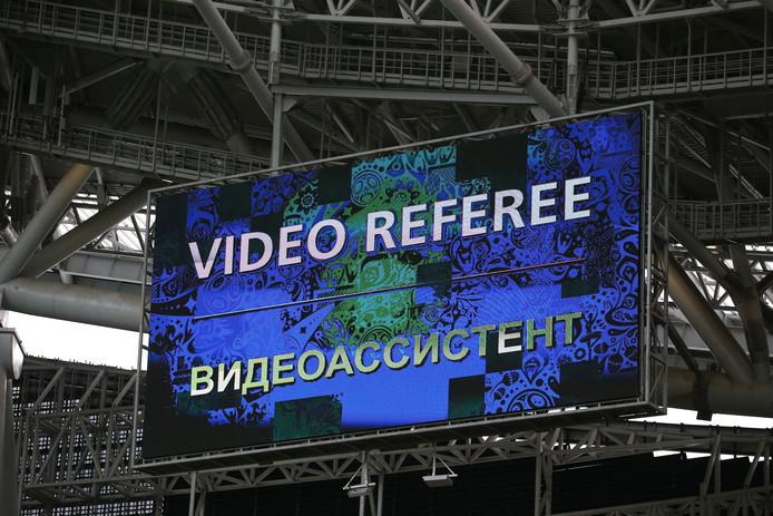 Op grote schermen ziet het publiek bij de Confederations Cup dat de arbiter de videoref heeft ingeschakeld.