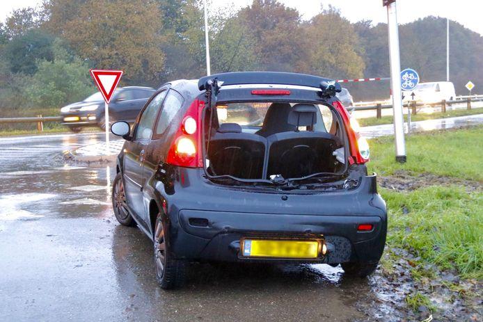 Op de Veerweg bij Oeffelt heeft maandagmiddag een aanrijding plaatsgevonden tussen een auto en een vrachtwagen.