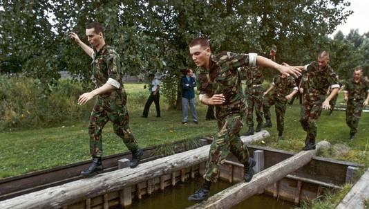 Prins Maurits (r) loopt over een evenwichtsbalk, onderdeel van de stormbaan. De prins begint aan zijn carrière bij het Korps Mariniers in '87.