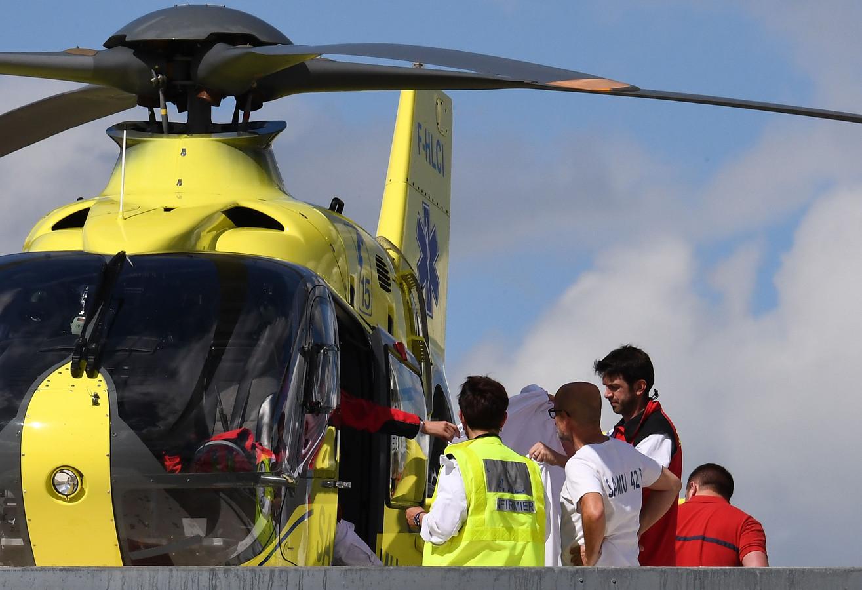 Froome wordt na zijn crash afgevoerd in de helikopter.