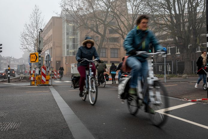 De oversteekplaats voor fietsers op de kruising Ten Hagestraat, Kanaalstraat en de Vestdijk is erg onduidelijk in Eindhoven.