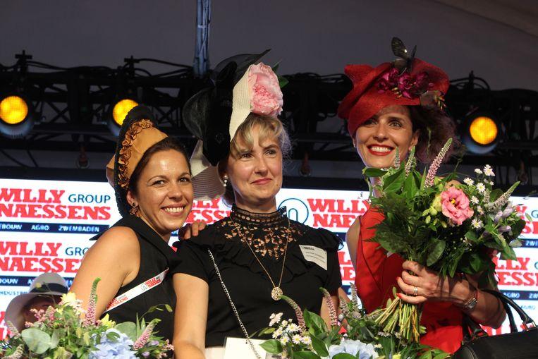 Cherly Vanbeselaere uit Waregem (links), die ook zelf aan de slag ging met naald en draad, behaalde de tweede plaats in de hoedenverkiezing die Willy Naessens elk jaar organiseert. Ze staat naast winnares jasmine Vanlaethem, en de derde, Julia, die afkomstig is uit Oekraïne.