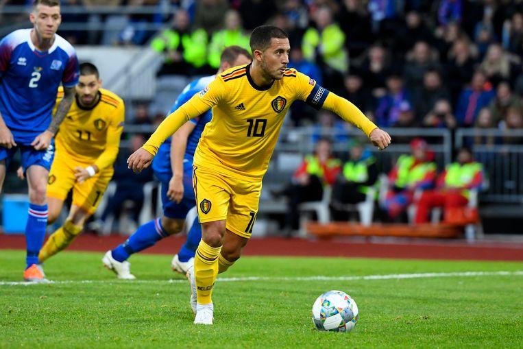 Eden Hazard zet in minuut 29 zijn strafschop om in Reykjavik (0-1).