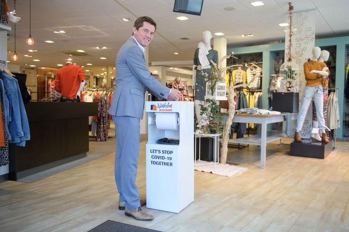 De winkels van winkeliersvereniging Habi hebben speciale hygiënezuilen voor de klanten aangeschaft. Ook Habi-voorzitter Ard Wessels heeft er een in zijn kledingzaak.
