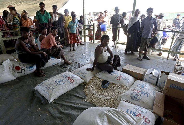 Rohingya wachten op eten in een vluchtelingenkamp in Sittwe, Rakhine. Beeld epa