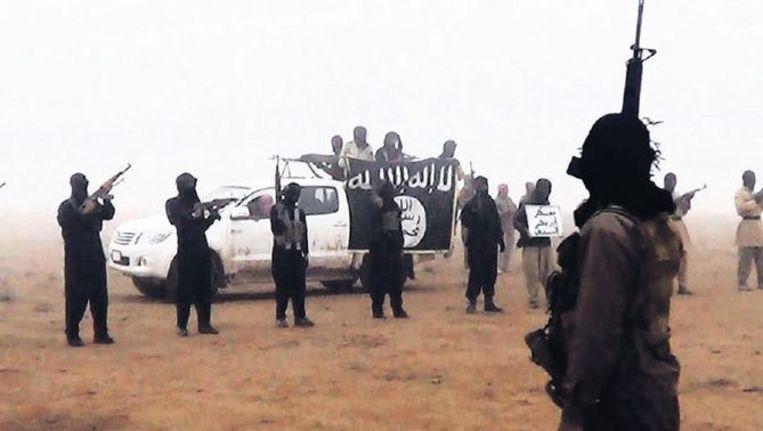 Djihadstrijders staan in de woestijn klaar om in Syrië te gaan vechten. Beeld ap