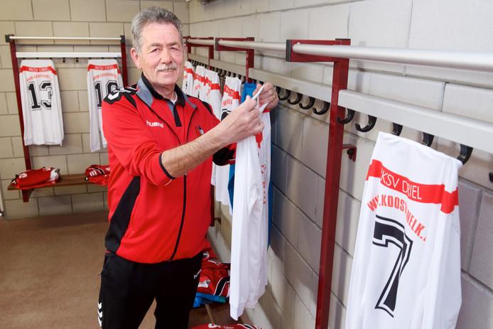 Vrijwilliger Henny Peters in de kleedkamer van RKSV in Driel.